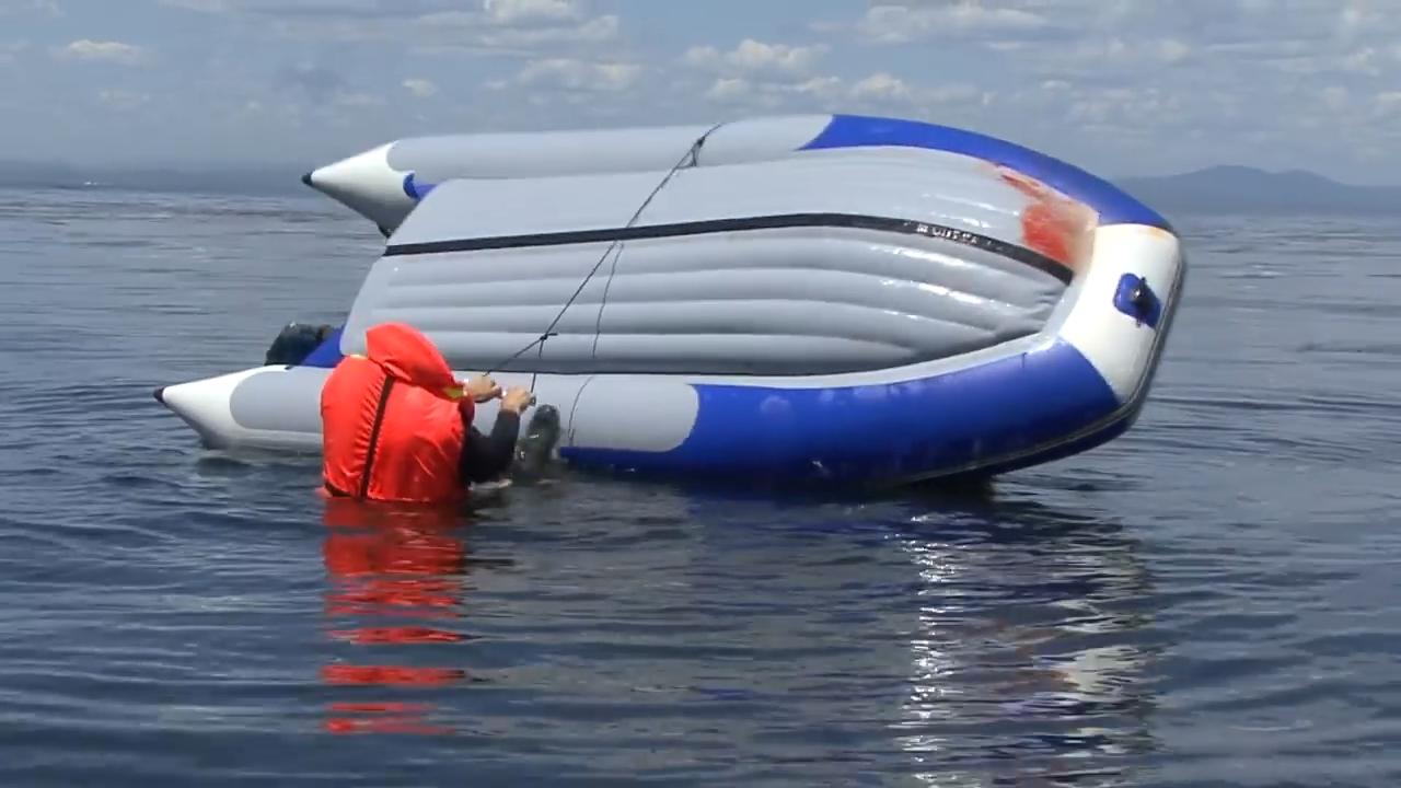 przewrocenie-pontonu-na-wodzie-jak-wyzyc